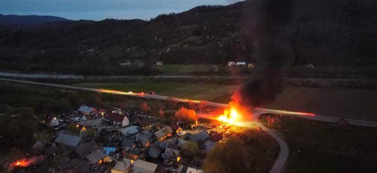 Nocna akcja gaśnicza strażaków. Podpalono dzikie wysypisko śmieci przy romskim osiedlu w Maszkowicach
