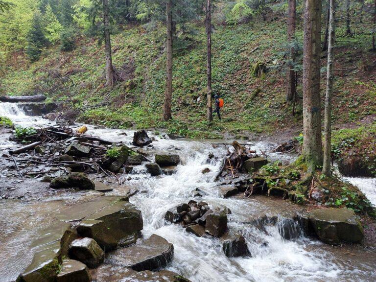 Ratownicy GOPR pomogli turystce w przeprawie przez potok