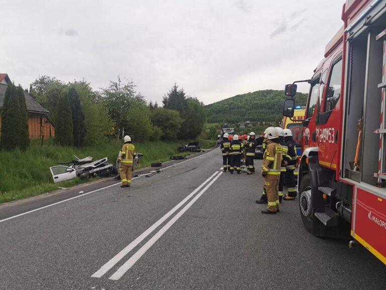 Łososina Dolna. Wypadek na DK75. Opel, hyundai i audi rozbite. Strażacy wydobywali uwięzionego we wraku pasażera [ZDJĘCIA]