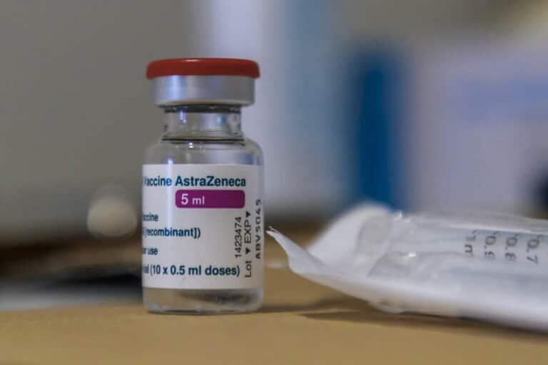 Przypadki zatorów tętnic mózgu u pacjentów, którzy przyjęli szczepionkę AstraZeneca