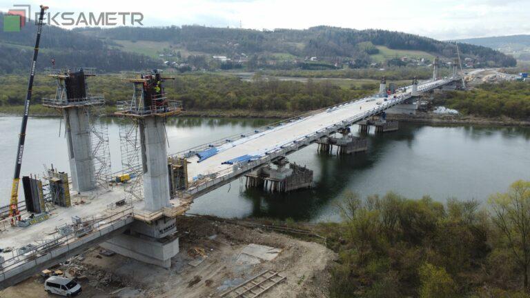 Pylony na moście w Kurowie pną się w górę, a kierowcy odliczają dni do otwarcia przeprawy