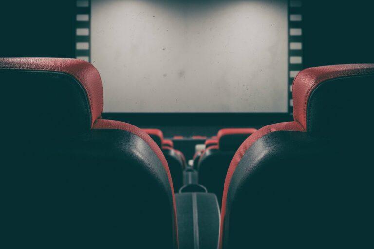 Kina i teatry zostaną otwarte wcześniej. Osoby zaszczepione nie będą wliczane do limitów na weselach czy komuniach