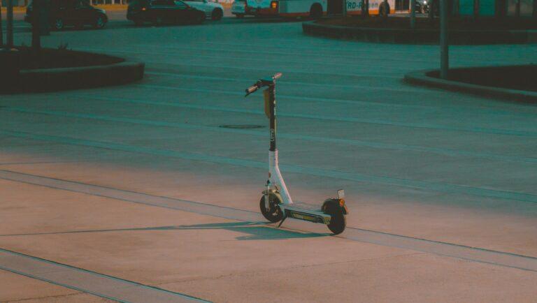 Jeździsz hulajnogą lub deskorolką elektryczną? Od dziś nowe przepisy
