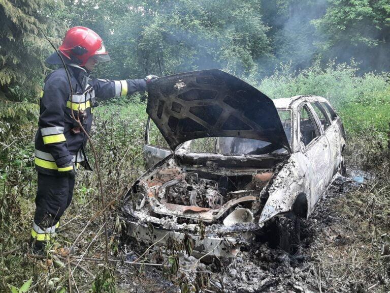 Nowy Sącz. W głębi lasu spłonął samochód