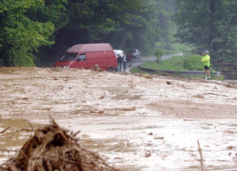 Powodzie na archiwalnej fotografii. Sądeckie ulewami płynie