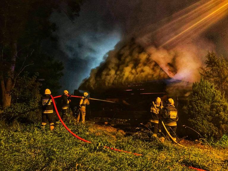 Moszczenica Niżna. W nocy strażacy walczyli z pożarem