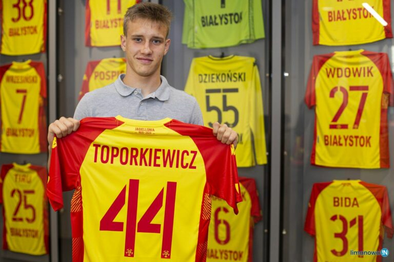 Piłkarsko kształtował się w Sandecji, nowy kontrakt w ekstraklasowym klubie