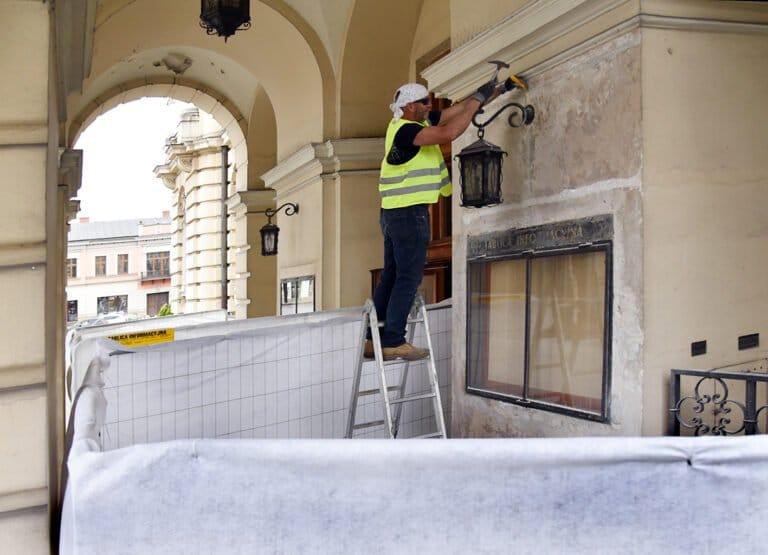 Nowy Sącz. Remontują elewację ratusza. Czym jest zapowiadany tynk rzymski?