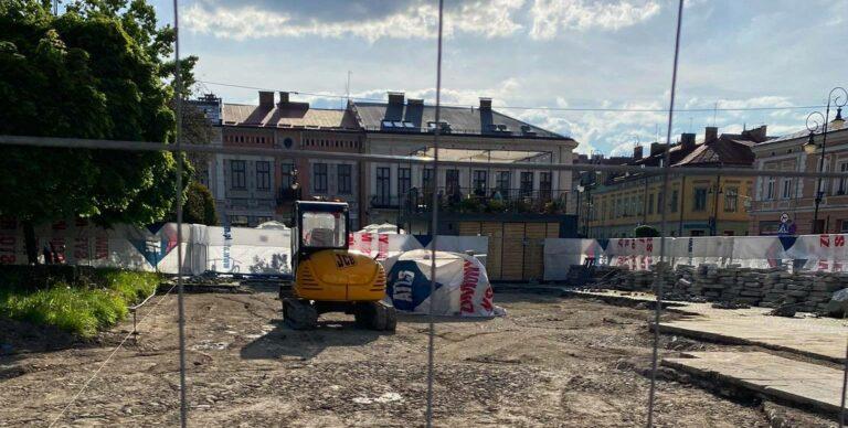 Nowy Sącz. Odbudowy płyty rynku nie można zatrzymać, choć nakaz zasypania wykopalisk był bezprawny