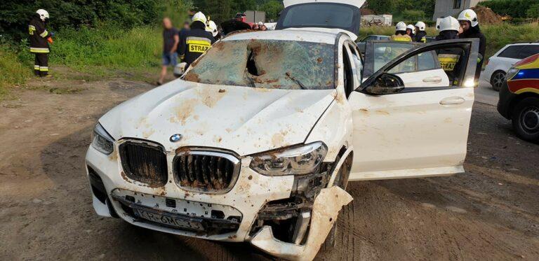 Jedna osoba poszkodowana i dwa samochody zniszczone przez rozszczelniony gazociąg