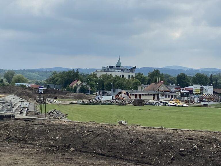 Nowy Sącz. Znikają stare trybuny, krzesełka i ławki ze stadionu Sandecji