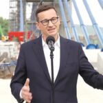 Mateusz Morawiecki na moście w Kurowie
