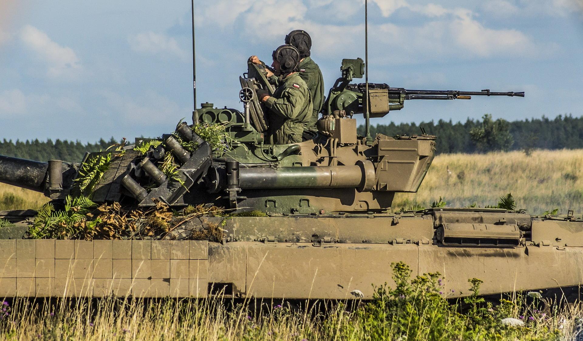 żołnierze w pojeździe wojskowym