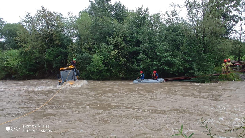 Brunary. Traktorzysta utknął w rzece