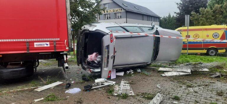 Nowy Sącz. Dachujące auto uszkodziło skrzynkę elektryczną