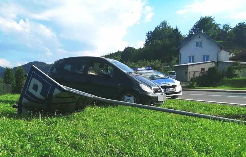 Samochód i zniszczony znak