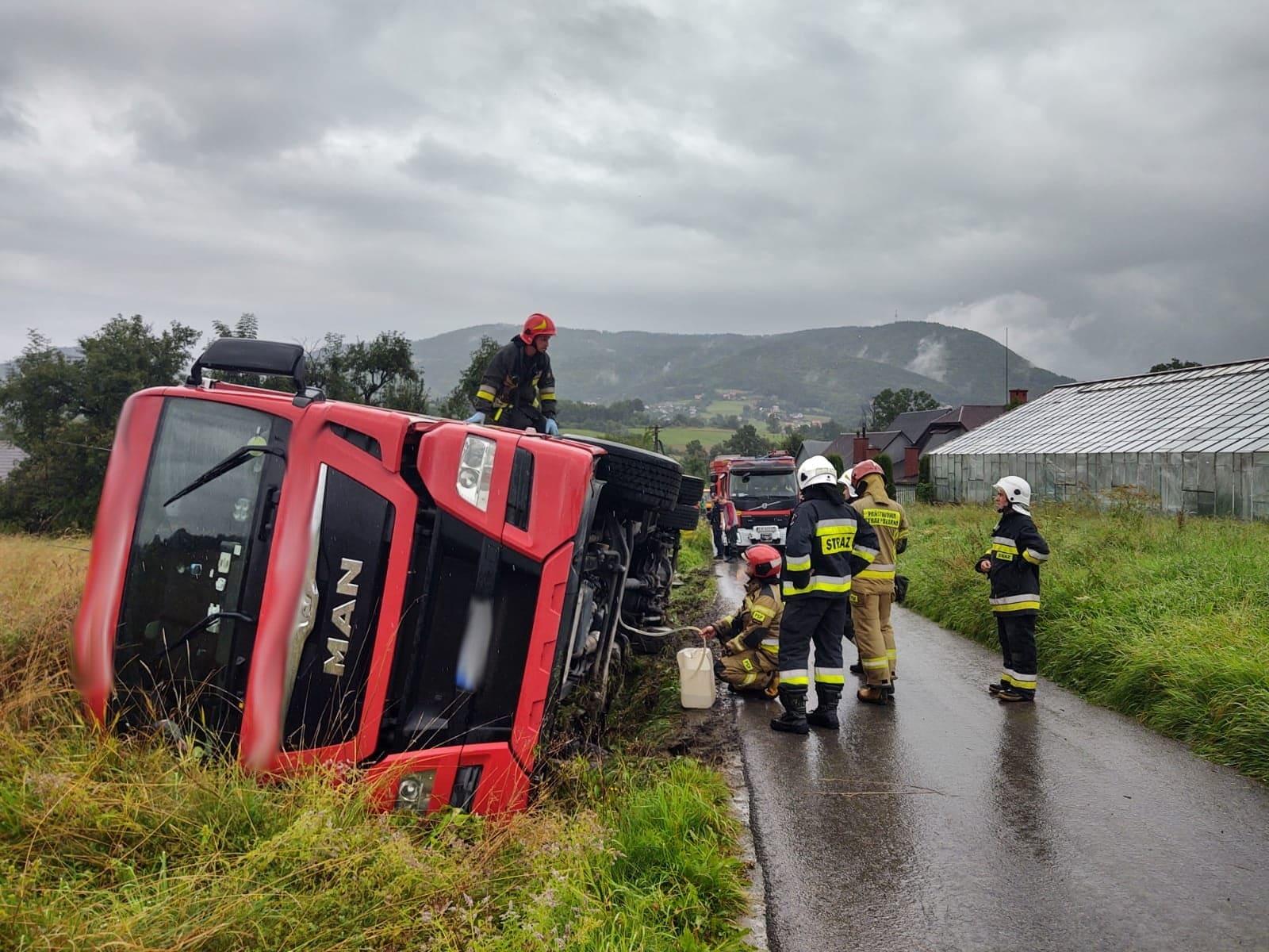 Krasne Potockie - przewrócony samochód ciężarowy