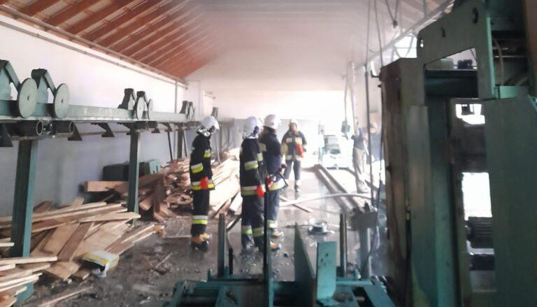 Olszanka. W budynku tartaku wybuchł pożar