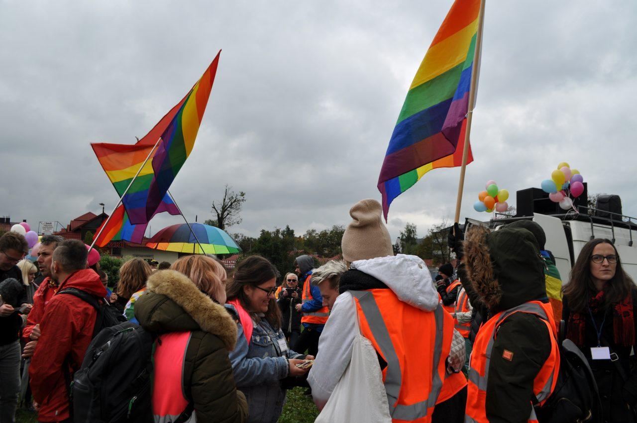 Osoby na Marszu Równości w Nowym Sączu