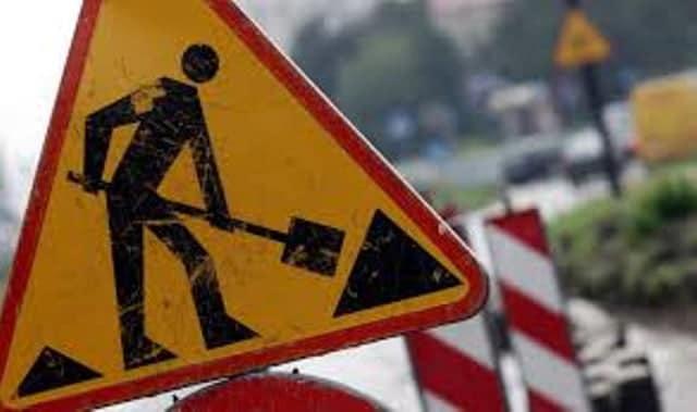znak drogowy: roboty drogowe