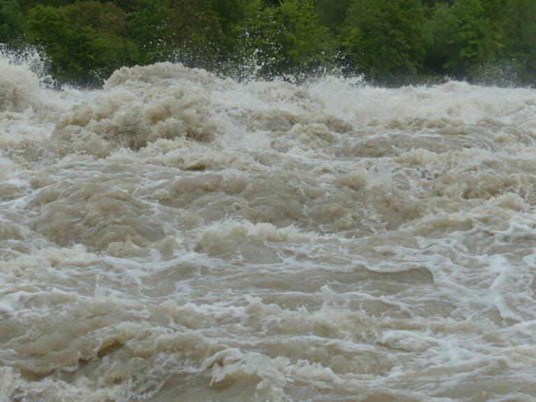 Poziom wody w rzekach może się niebezpiecznie podnieść. Grożą nam podtopienia