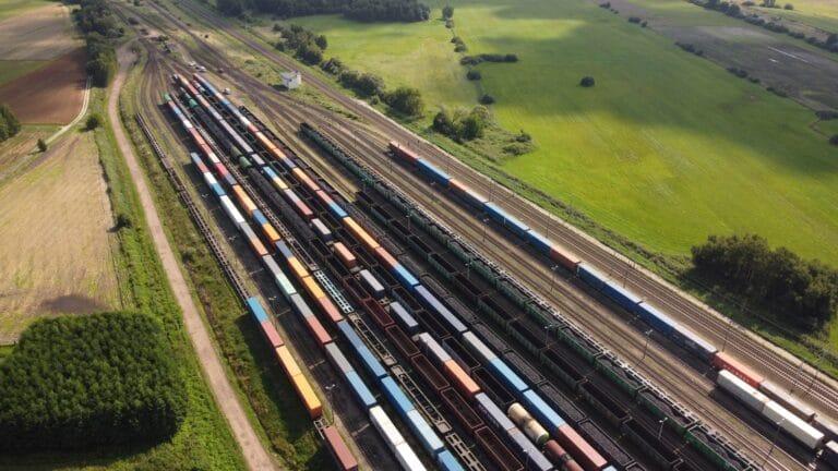 Warto postawić na transport towarów koleją. Planeta nam za to podziękuje