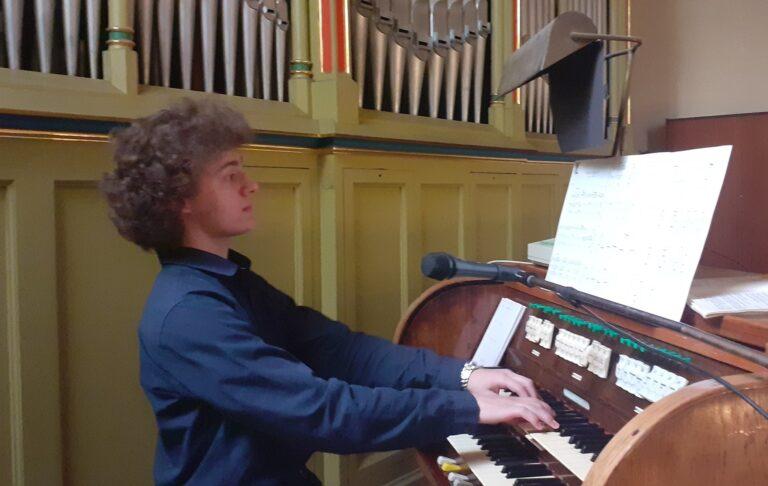 Najlepszy organista w diecezji pochodzi z Marcinkowic i gra u sądeckich jezuitów. Brawo Michał Świderski!