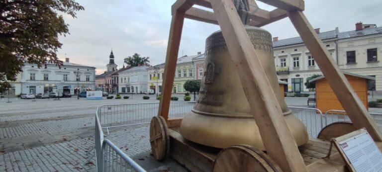 Nowy Sącz. Wyjątkowy dzwon stanął przed ratuszem