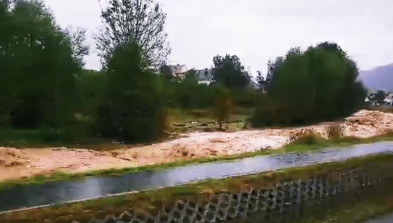 Powódź w gminie Łącko. W Nowym Sączu samochody utknęły w wodzie