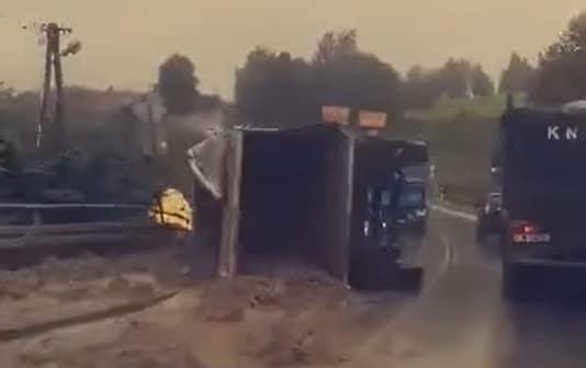 Łużna. Samochód ciężarowy w rowie, naczepa na jezdni