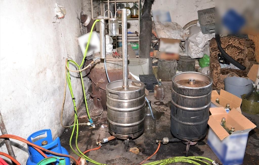 pomieszczenie gospodarcze z aparaturą do wytwarzania alkoholu
