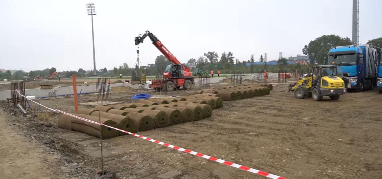 Sandecja, układanie murawy na stadionie