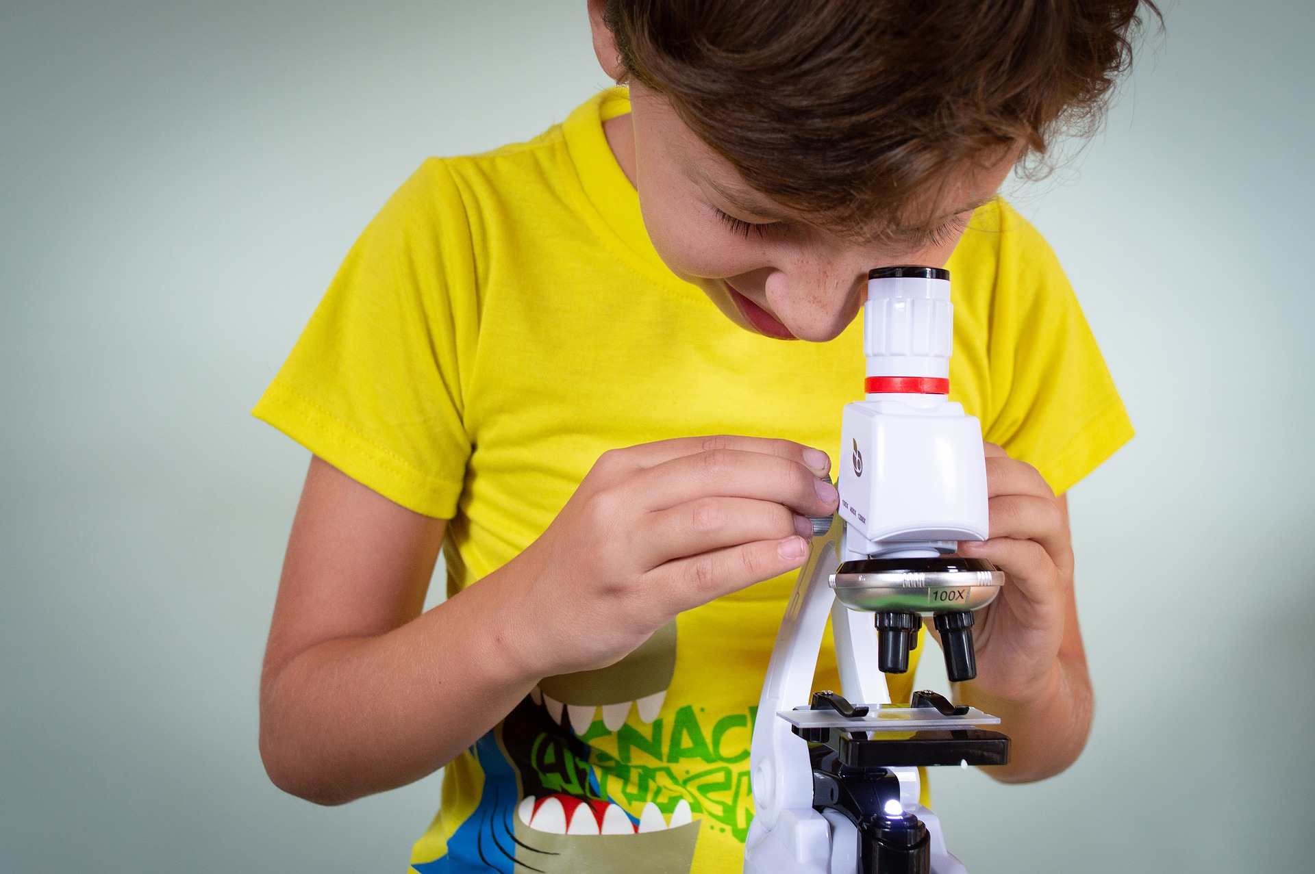 Dziecko i mikroskop