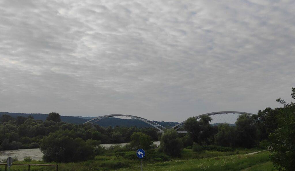 Służby ruszyły na most heleński. Wezwanie dotyczyło skoku do rzeki