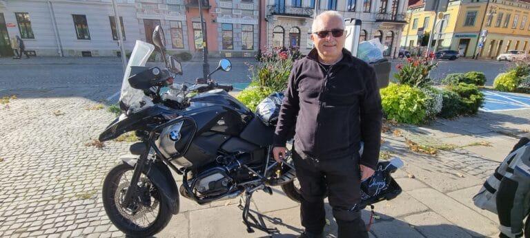 Sądeccy strażnicy miejscy pomogli motocykliście w tarapatach. Pan Marek dziękuje…