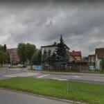 Nowy Sącz, ul. Sucharskiego. Śmiertelny wypadek na skrzyżowaniu. Człowiek wypadł z samochodu